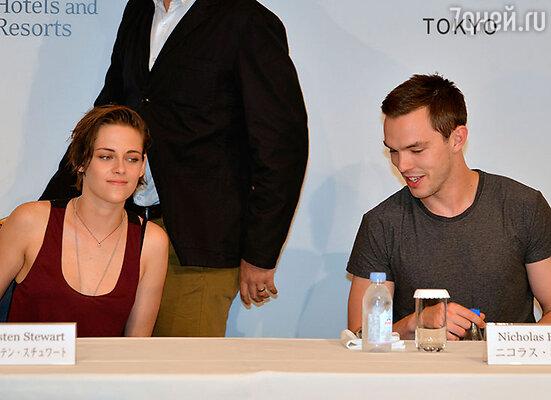 Как только Лоуренс иХолт расстались, парнем заинтересовалась звезда «Сумерек» Кристен Стюарт. Август 2014 г.