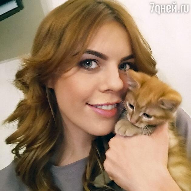 Анастасия Стоцкая с котенком Броуди