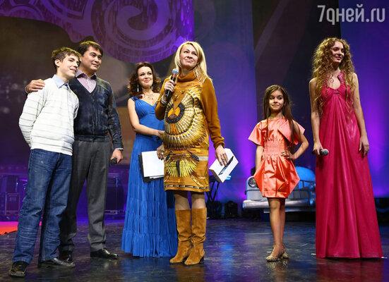 Более семи тысяч детей и подростков из детских домов и интернатов со всей России собрались в «Крокус Сити Холле» на большом благотворительном концерте «Звёзды детям»