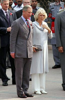 Камилла всегда старается сопровождать Чарльза во всех его поездках. В Пакистане в феврале 2006 г.