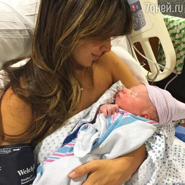 Хилария Болдуин с новорожденным сыном