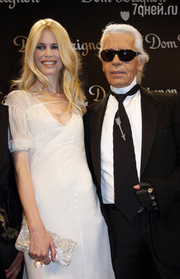Любимая муза КарлаЛагерфельда на показе «Chanel» вПариже