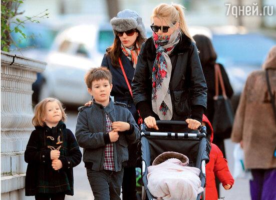 С подругой и детьми Клементиной, Каспаром и Козимой на прогулке. 2011 г.