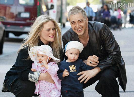 У Пачино сейчас трудная жизнь: он делит опекунство над своими двумя маленькими детьми с бывшей подругой Беверли Д'Анджело. Она то и дело выставляет новые финансовые требования, выдвигает условия, меняет часы свиданий с детьми...