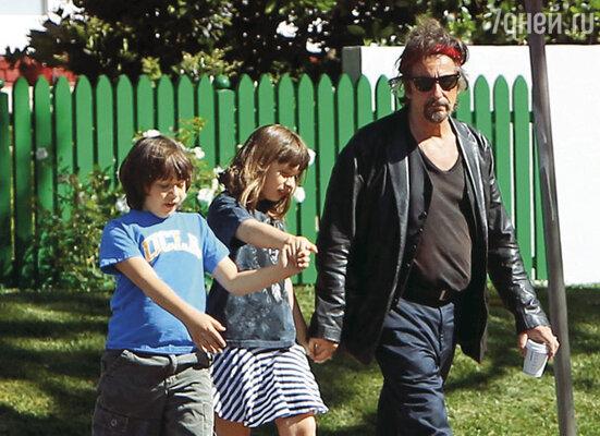 Своих поздних близнецов Оливию и Антона Пачино обожает