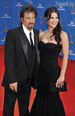 Пресса судачит о романе Пачино с актрисой Лусией Соло, которая моложе его на сорок лет. Весь прошлый год он водил ее по тусовкам, фотографировался вместе...