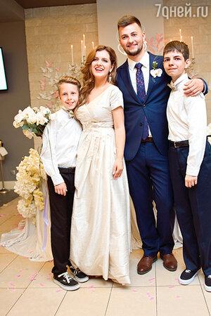 Анастасия Денисова и Богдан Осыка с сыновьями Юрием и Андреем