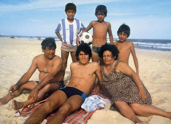 Семья юного Марадоны жила в нищете. Но другой жизни Диего (на фото в центре) не знал и был счастлив. На пляже с родителями и «поклонниками»