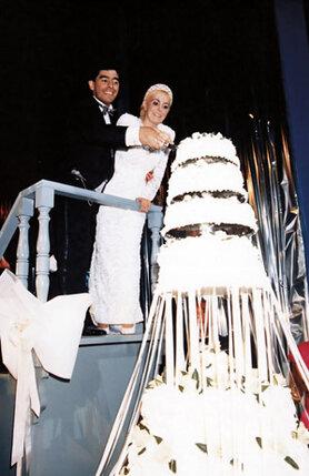 Двенадцать лет Диего с Клаудией прожили, не оформляя свои отношения. В 1989-м Марадона все же смягчился и закатил свадьбу на полторы тысячи гостей...