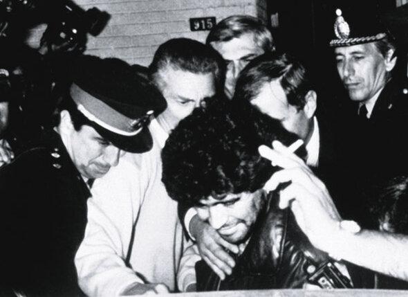 В 1991 году в Аргентине Марадону задержали в обществе приятелей, оказавшихся наркодилерами. Футболист получил два года условно