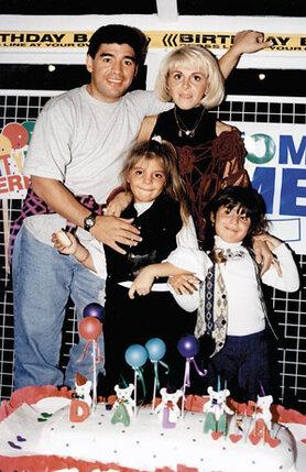 В 2003-м Клаудиа официально подала на развод. Но биографы Марадоны уверяют, что развод так и не состоялся. На фото: с женой и дочками