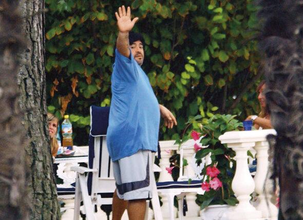 На отдыхе в Испании в 2003 году. Впереди у Марадоны несколько месяцев строжайшей диеты