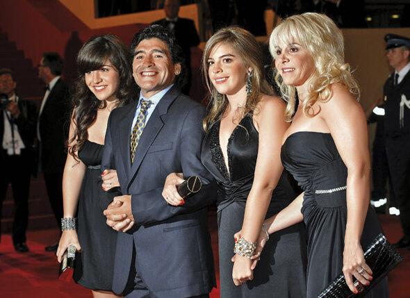 Настоящая любовь не кончается. Диего Марадона с Клаудией и подросшими дочерьми на кинофестивале в Канне, 2008 г.