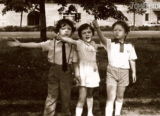День моего пятилетнего юбилея. Я, само собой, солирую, дворовые друзья — на подпевках