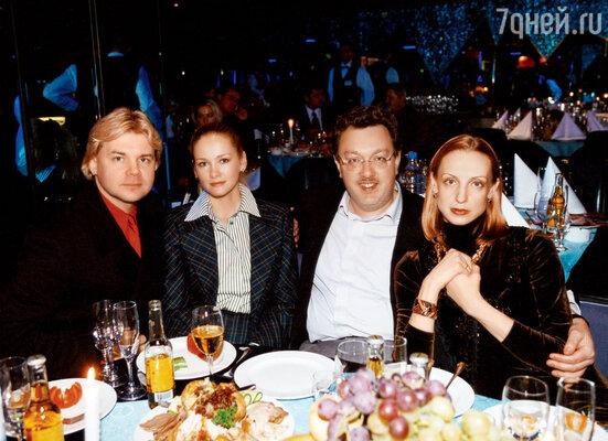 С мужем Владиславом, братом Андрисом и его женой Катей. 2001 г.