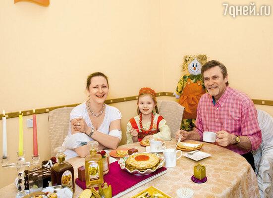 Праздничная трапеза с блинами и маленькой Масленой