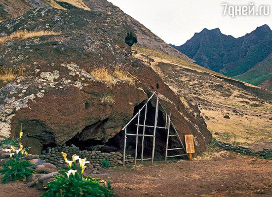 Главная достопримечательность острова Робинзон-Крузо сегодня — пещера шотландского моряка Александра Селкирка, ставшего прототипом знаменитого литературного героя — Робинзона Крузо