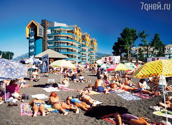 В Чили есть пляжи с необычным черным вулканическим песком. В стране около 50 действующих вулканов, которые время от времени имеют обыкновение просыпаться