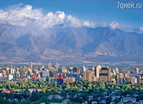 Большинство 16-миллионного населения Чили сосредоточено в городах. Самый крупный из них — столица Сантьяго, расположившаяся меж горных хребтов