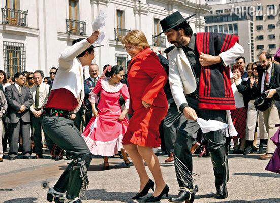 Президентом Чили в 2006 году стала Мишель Бачелет. Появление женщины на столь высоком посту было делом неслыханным не только для страны, но и для всей Латинской Америки, кичащейся своим мачизмом. Мишель во время торжеств возле дворца Ла Монеда, посвященных Дню независимости