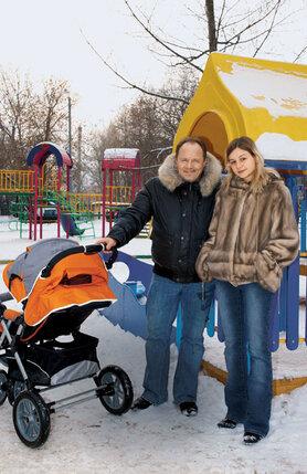 Алексей Маклаков и Анна Романцева познакомились на съемках сериала «Солдаты», где актер играл прапорщика Шматко. 2009 г.