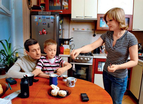 Света развелась с молодым мужем, чтобы быть вместе с 50-летним Борисом Смолкиным. Через полтора года после знакомства у них родился сын Глеб. 2008 г.