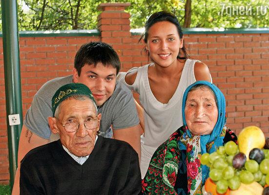 Папа родился в глухой башкирской деревушке Уяндык. Дедушка работал в колхозе, бабушка растила четырех сыновей. (Алсу со старшим братом Маратом, дедушкой и бабушкой)