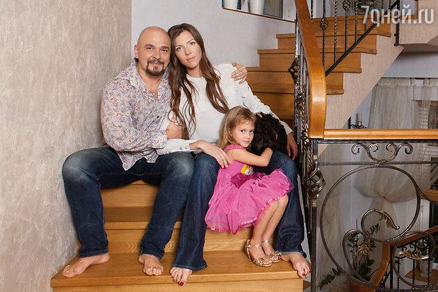 Сергей и Анастасия Трофимовы с дочкой Лизой