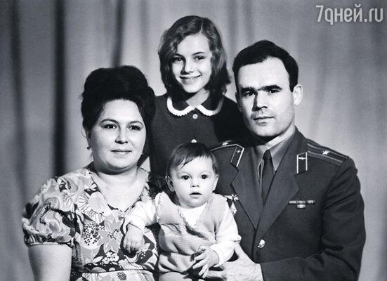 Первая фотография, на которой наша семья в полном составе: мама, папа, я и Катюша