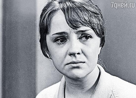 Катя Градова, первая жена Миронова, после случая с кирпичами нас недолюбливала
