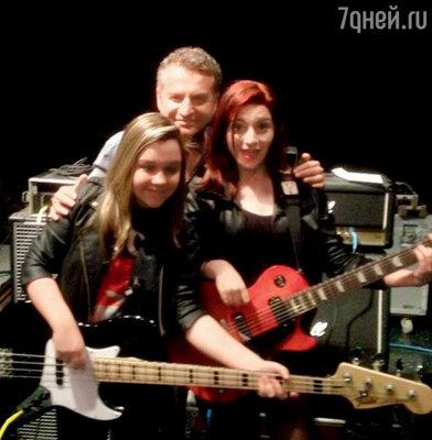 Леонид Агутин сдочерью Лизой и ее подругой-гитаристкой наконцерте вМайами