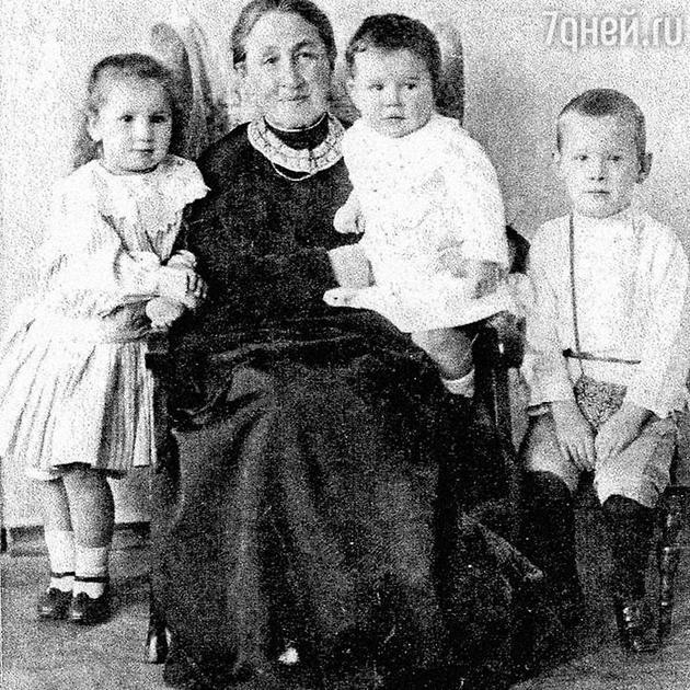 Внуки Мамонтова Лиза, Сережа и Юра с бабушкой Елизаветой Григорьевной. 1907 г.