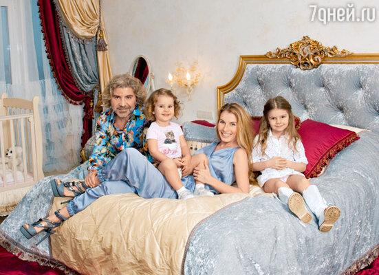 Певец с женой Ириной и дочками: старшей Лизой и младшей Сандрой