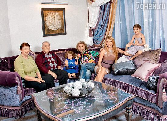 На новоселье приехали родители Сосо— Рамин Иосифович и Аза Александровна