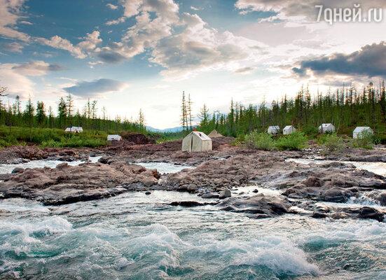 Лагерь киногруппы расположился на берегу бурной горной реки