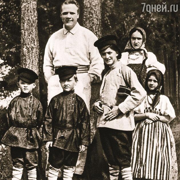 Федор Шаляпин со своими детьми в деревне Ратухино Владимирской губернии