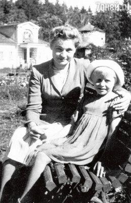 С мамой Марией Кузьминичной. 1954 г.