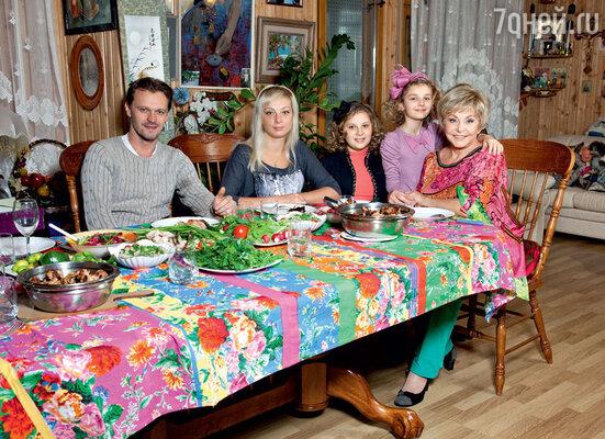 В гостях у Ангелины Михайловны ее внучатые племянницы Аня и Ангелина, их мама Юлия и Олег Вечкасов