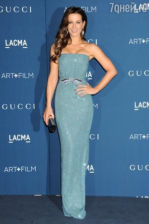 Кейт Бекинсэйл в платье от Gucci и с клатчем от Jimmy Choo, LACMA 2013