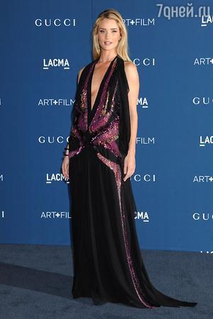 Рози Хантингтон-Уайтли в платье и с аксессуарами от Gucci, LACMA 2013