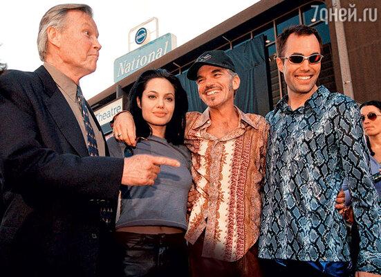 С отцом Джоном Войтом, мужем Билли Бобом Торнтоном и братом Джеймсом. 2000 год