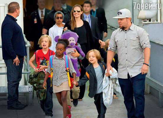 Мало кто может представить, каково это — беспрерывно путешествовать с шестью детьми. Анджелина Джоли прилетела с детьми  в Австралию на съемки фильма. 2013 год