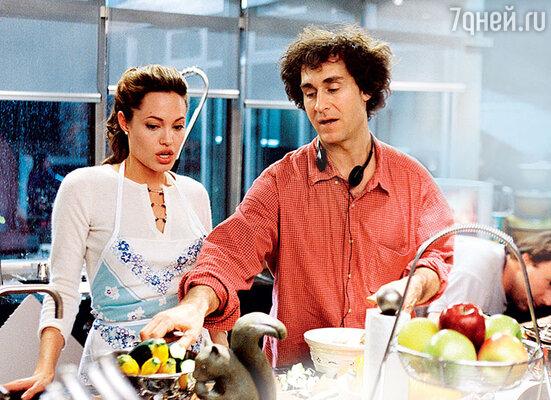 До недавнего времени Анджелина даже омлет немогла приготовить. Ноза последние три года Джоли сильно продвинулась в искусстве кулинарии и,обложившись сборниками рецептов, балует детей имужа изысканными блюдами. Анджелина Джоли и режиссер Даг Лайман на съемках фильма «Мистер и миссис Смит», 2005 год