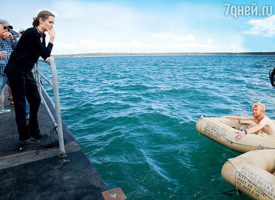 Анджелина Джоли на съемках своего фильма «Несломленный» о знаменитом американском летчике, который во время войны был сбит над Атлантикой, но сумел пять недель продержаться в кишмя кишащем акулами океане. 2013 год
