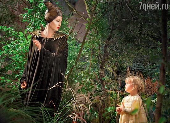 Анджелина не раз признавалась, что не думала, будто любовь кмужчине сможет ее так изменить. Ведь после второго развода решила больше никогда не вступать всерьезные отношения. Ради Питта Анджелина пересмотрела и другое свое важное решение — не рожать самой. С дочерью Вивьен в фильме «Малефисента»
