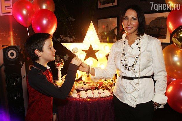 Алика Смехова с младшим сыном Макаром