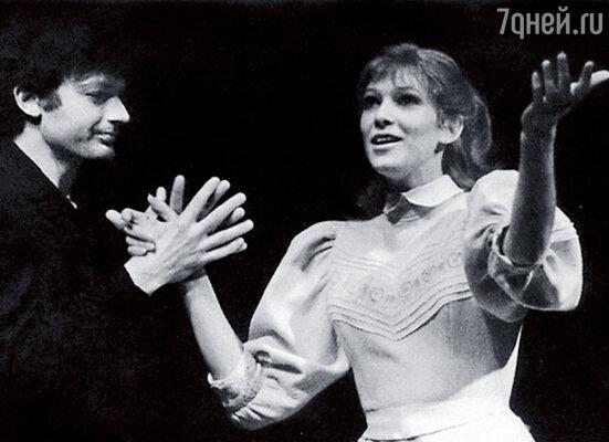 «А я опять иду играть чеховскую барышню. Как  же мне все это надоело!» В спектакле «Чайка»  с Романом Козаком