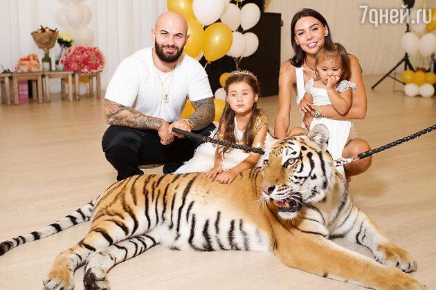 Рэпер Джиган с женой Оксаной Самойловой и детьми