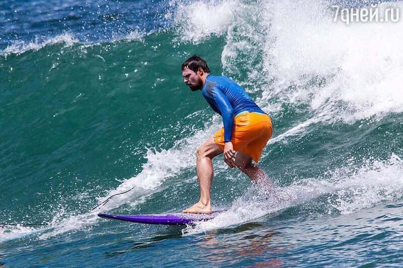 Покоритель волн: Данила Козловский осваивает серфинг наБали