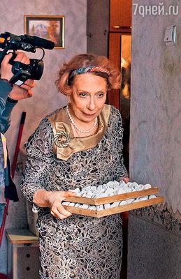 Инна Михайловна играет учительницу, мать троих сыновей-тунеядцев